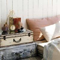 необычный интерьер гостиной со старыми чемоданами картинка