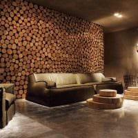 яркий стиль гостиной со спилами дерева фото