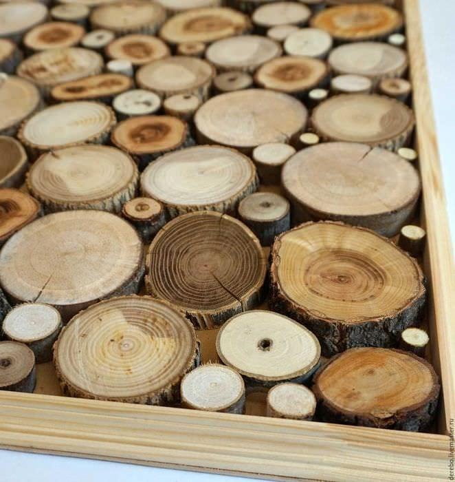 оригинальный декор комнаты со спилами дерева