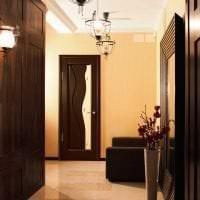 светлые двери в декоре комнаты фото