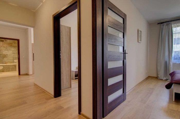 светлые двери в интерьере гостиной