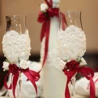 яркое оформление стеклянных бутылок декоративными ленточками картинка