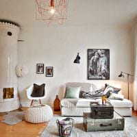 светлый декор комнаты со старыми чемоданами фото