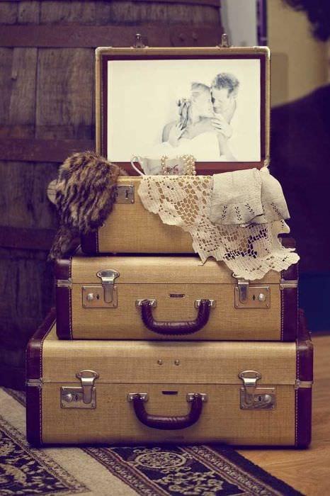 необычный дизайн гостиной со старыми чемоданами