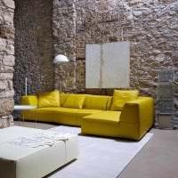 необычный стиль комнаты в горчичном цвете картинка