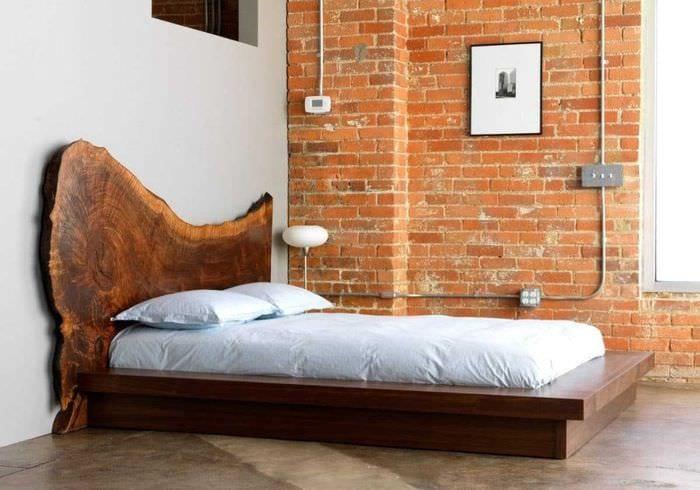 яркий дизайн спальни со старыми досками