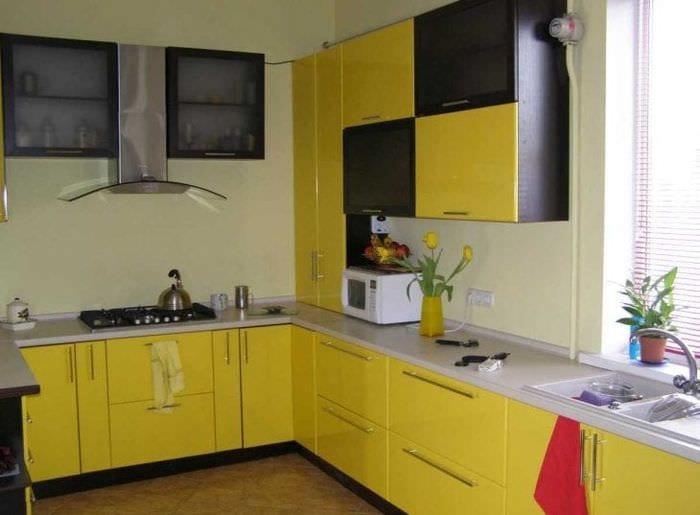 яркий интерьер комнаты в горчичном цвете