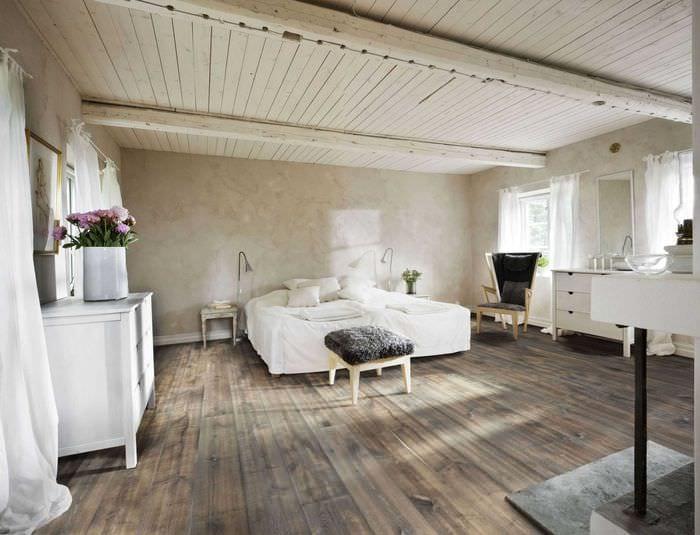 оригинальный интерьер комнаты со старыми досками
