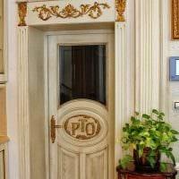 необычное оформление дверей подручными материалами картинка