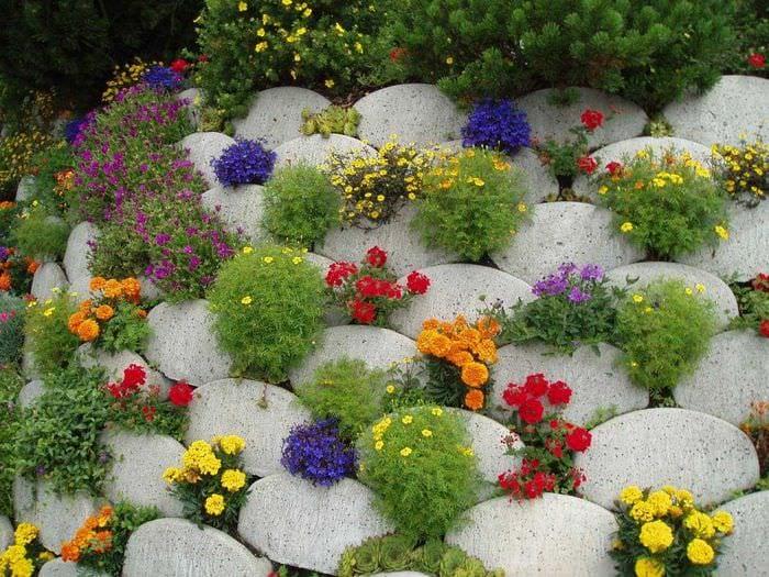 необычное оформление дизайна загородного дома камнями