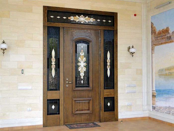необычное оформление входных дверей подручными материалами
