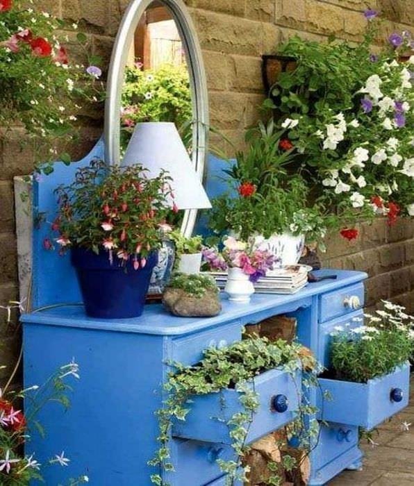 необычное украшение садового участка подручными материалами