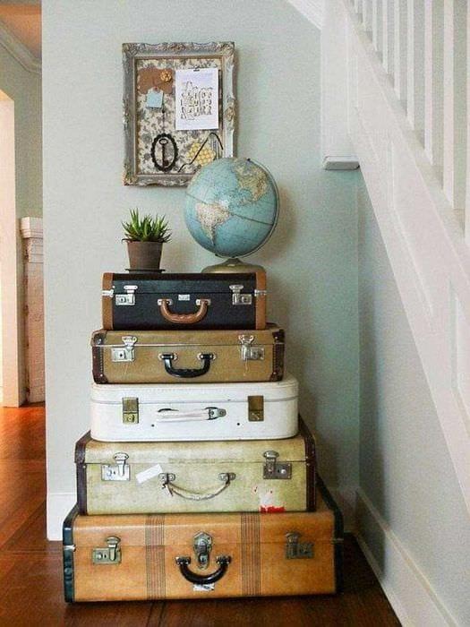 красивый интерьер спальни со старыми чемоданами
