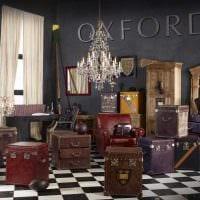 светлый дизайн спальни со старыми чемоданами картинка