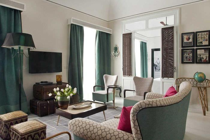 яркий интерьер гостиной в средиземноморском стиле