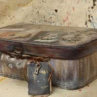 необычный декор гостиной со старыми чемоданами фото