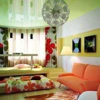 яркий декор спальни и гостиной в одной комнате картинка