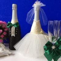 шикарное декорирование бутылок шампанского разноцветными ленточками фото