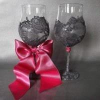 оригинальное украшение стеклянных бутылок разноцветными ленточками фото