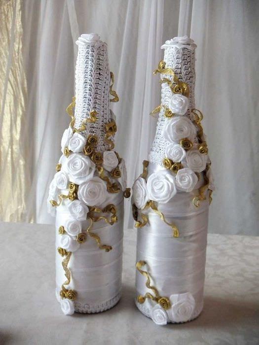 шикарное декорирование стеклянных бутылок разноцветными ленточками