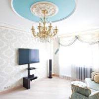 комбинирование ярких обоев в интерьере гостиной комнаты фото