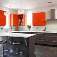 сочетание яркого оранжевого в интерьере гостиной с другими цветами картинка