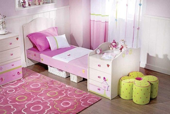 сочетание темного розового в дизайне гостиной с другими цветами