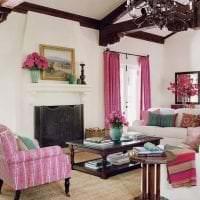 сочетание яркого розового в дизайне гостиной с другими цветами фото