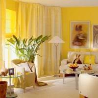 комбинирование светлых штор в декоре гостиной фото