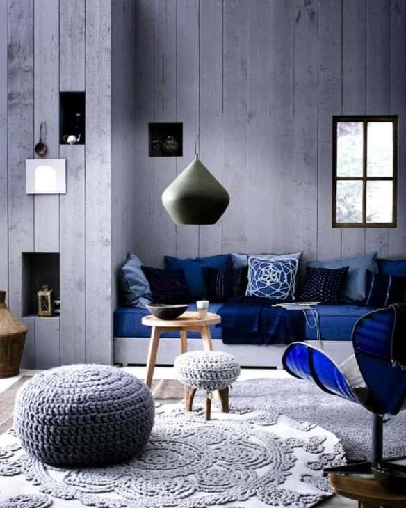сочетание яркого серого цвета в дизайне гостиной