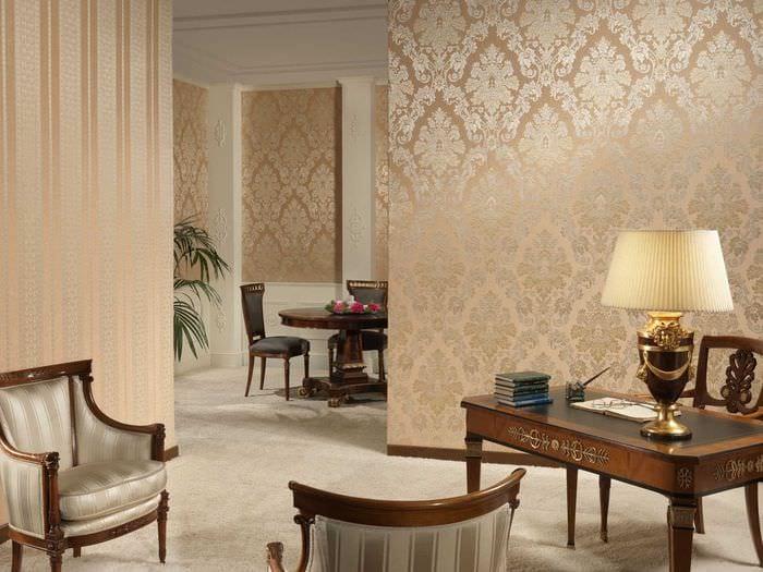 сочетание ярких обоев в интерьере гостиной комнаты