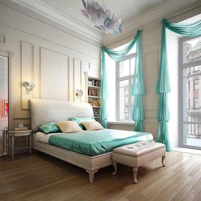 комбинирование ярких штор в фасаде комнате
