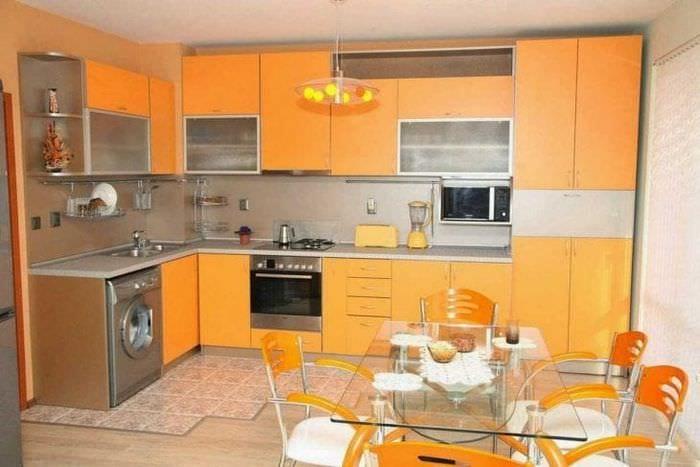 сочетание темного оранжевого в дизайне гостиной с другими цветами