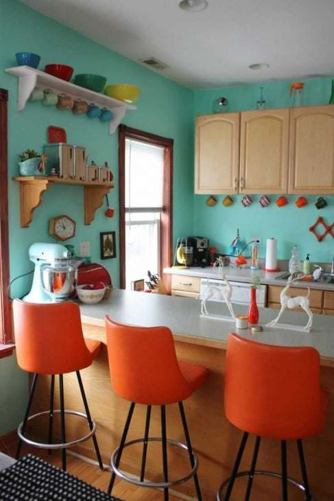 сочетание яркого оранжевого в дизайне квартиры с другими цветами