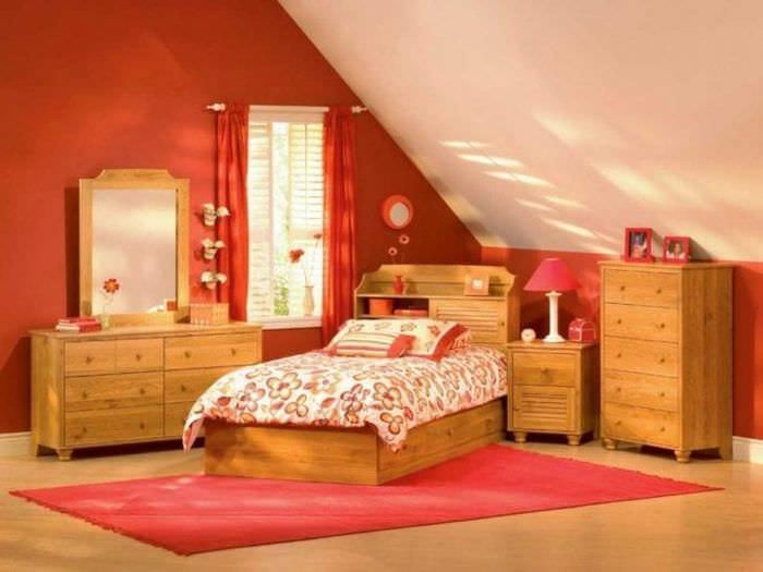 сочетание яркого розового в декоре гостиной с другими цветами