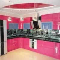 сочетание темного розового в дизайне кухни с другими цветами картинка