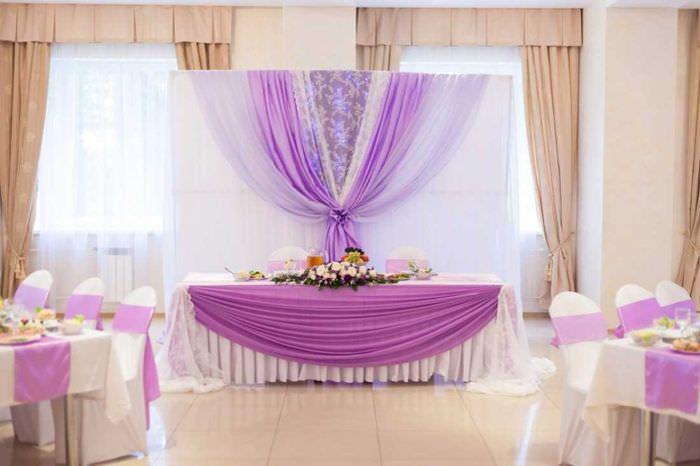 красивое украшение свадебного зала ленточками
