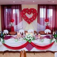 светлое украшение зала ленточками фото