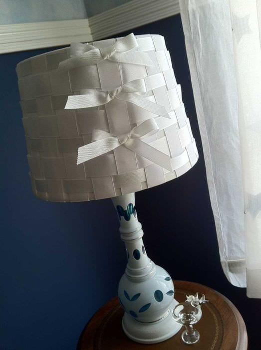 необычное оформление абажура лампы подручными материалами