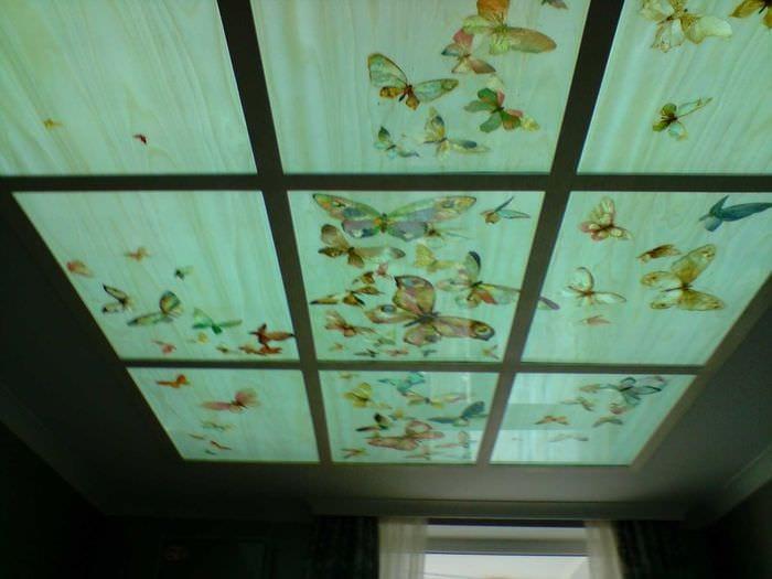 светлое украшение потолка аксессуарами