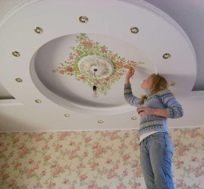 красивое оформление потолка дополнительном светом