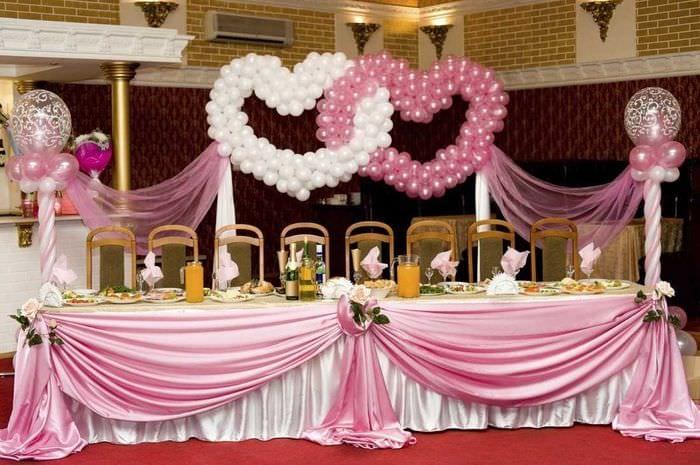 светлое декорирование зала цветами