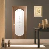 деревянные двери в декоре гостиной фото