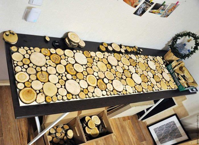 светлый декор спальни со спилами дерева