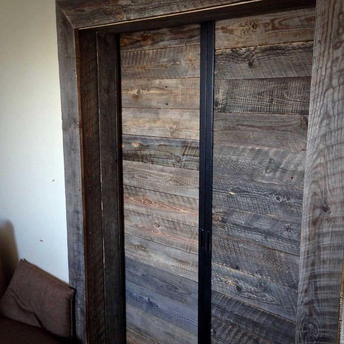 необычный интерьер спальни со старыми досками
