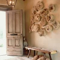 оригинальный интерьер гостиной со спилами дерева картинка