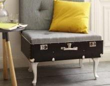 яркий интерьер комнаты со старыми чемоданами