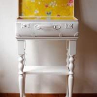 светлый интерьер спальни со старыми чемоданами картинка