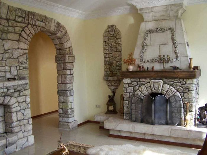 красивый гибкий камень в декоре гостиной