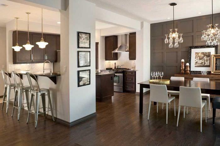 яркий дизайн гостиной со стеновыми панелями